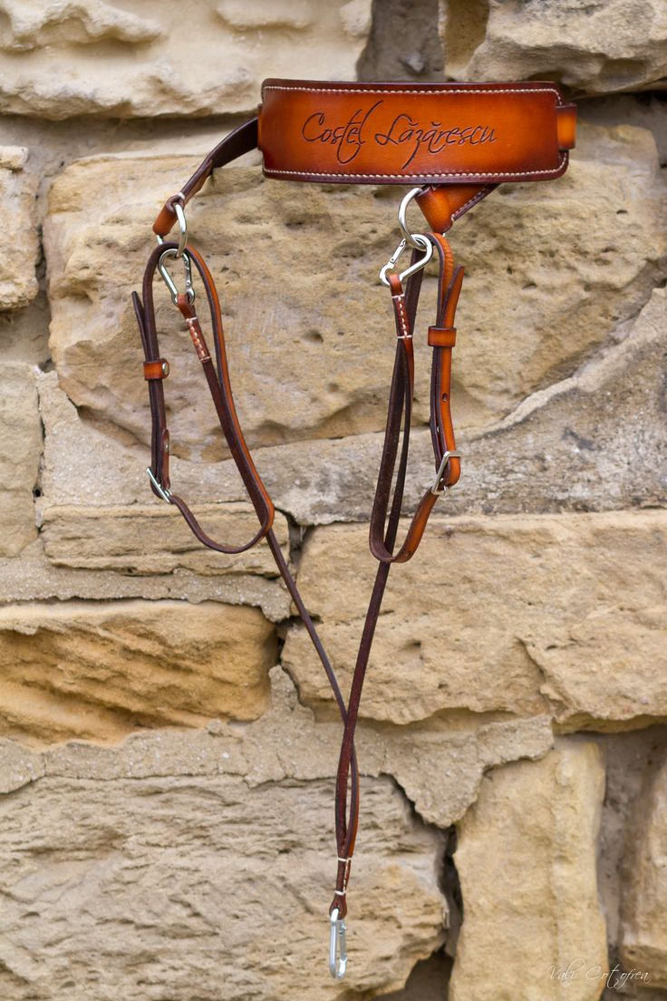 Leather camera strap with a pocket. Vegetable tanned leather, 3 mm thick, 2.5 cm wide. Hand-painted and sewn. Additional safety features. #RamielLeatherCrafts #CameraStrap #LeatherStrap #PhotographerHarness #Vegtannedleather