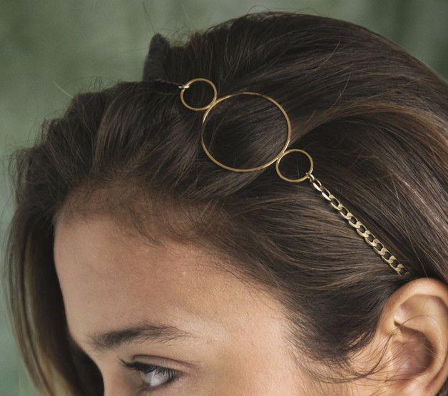 Stirnband aus Bronze an Bedingungen geknüpft, um seine drei Scheiben Messing Ende vergoldet mit 24 Karat Gold. Befestigungen stürzte Lammleder schwarz. Bronzekopf von Schmuck und vergoldet mit 24...