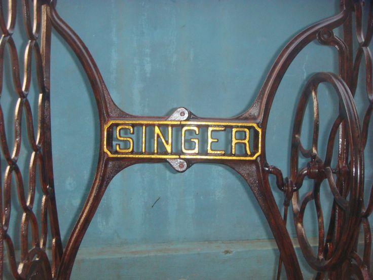 Kaki mesin jahit singer tua. Tampak detail merk singer tengah