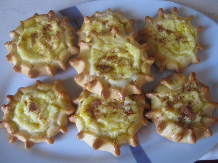 Είναι παραδοσιακό γλυκό της Κρήτης, αλλά και πολλών νησιών του Αιγαίου. Λευκό ανάλατο τυρί γεμίζει μικρά πιτάκια και όλο αυτό αποτελεί το κέρασμα τις ημέρες του Πάσχα ή σε κάθε γιορτή. Δοκίμασε τα σαν κάτι