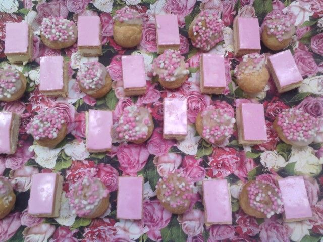 Traktatie meisje geboren. Mini tompouce en soesje witte chocolade met roze/witte muisjes!