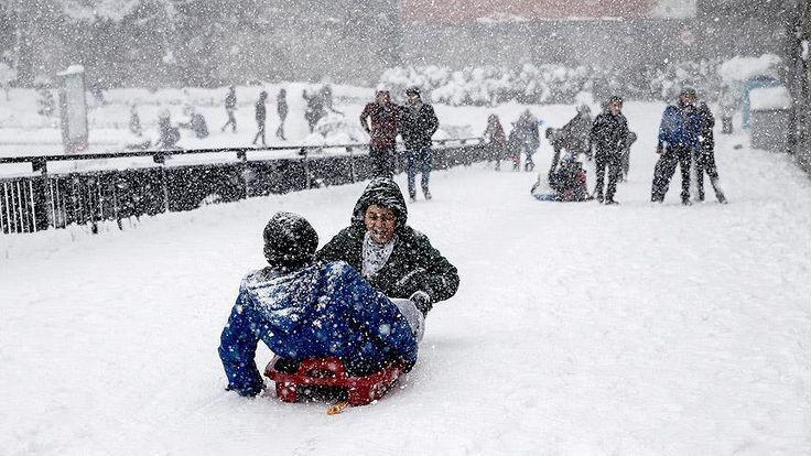 İstanbul Valiliği, hava muhalefeti nedeniyle eğitime ara verilen dönem için okullarda telafi dersleri yapılacağını bildirdi.