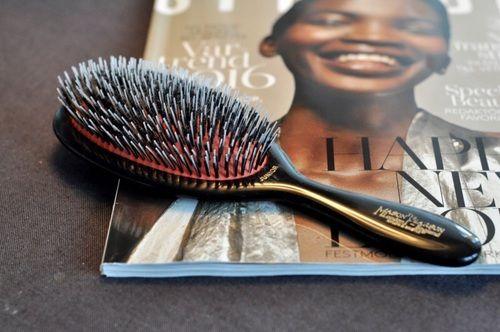 How to:je haarborstel reinigen Een haarborstel gebruik je iedere dag. Hierdoor wordt het al snel een verzamelplaats voor dode haren, huidcellen, resten haarproducten en ander viezigheid. Af en toe haren uit je borstel plukken is niet voldoende. Ook je borstel heeft met regelmaat een grondige reinigingsbeurt nodig. De haar-experts van Salon B geven advies! Stap …