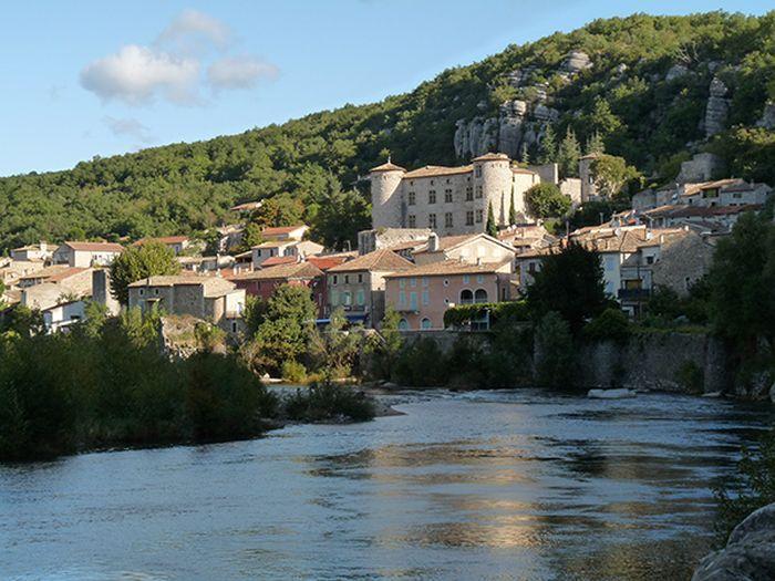 """Vogüé (Ardèche), région Auvergne-Rhône-Alpes : """"Une perle méridionale"""""""