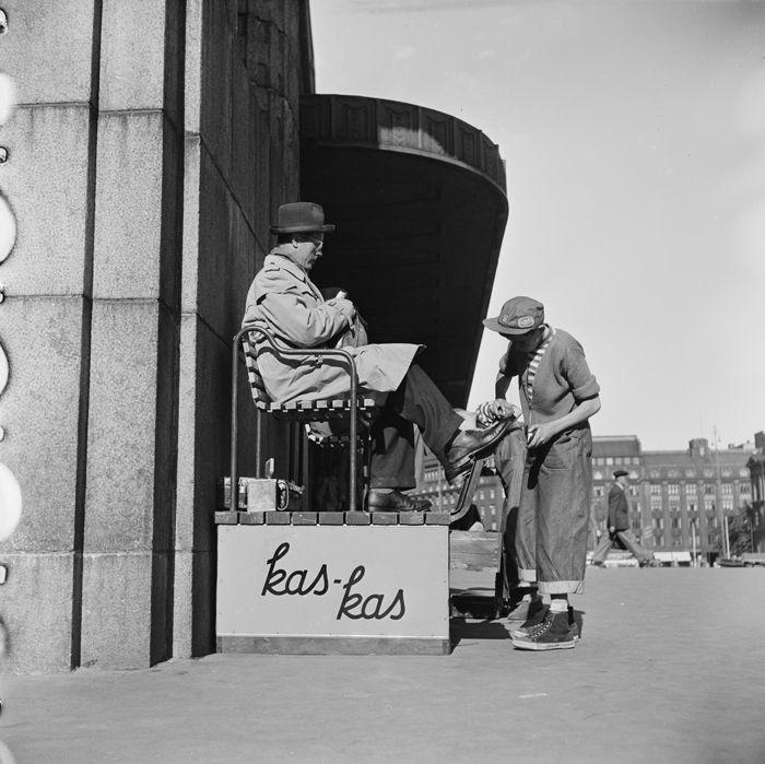 Kengänkiillottajapoika Rautatieaseman edessä 1952. Kuva: Helsingin kaupunginmuseo / Volker von Bonin.