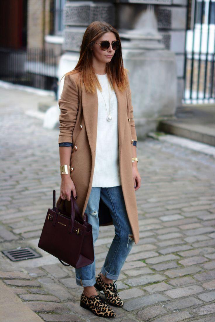 Casaco caramelo, sapato de onça, blusa tricot /sweater branco e jeans