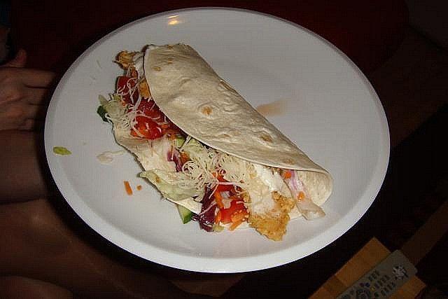twister-plněné tortily (okurka,rajčata,směs zeleniny,str.sýr,kuř.řízky nebo párek,tatarka)