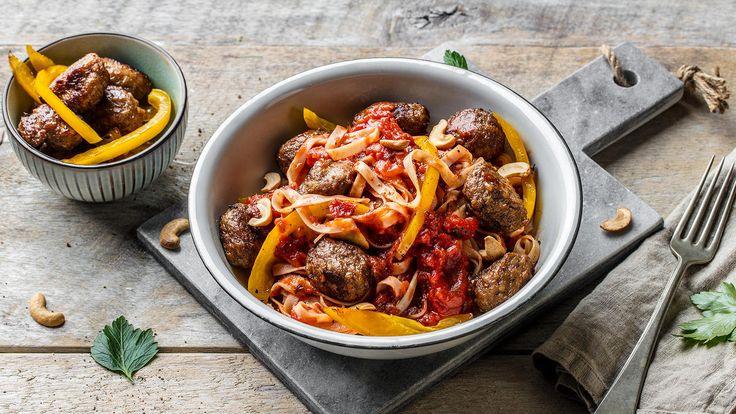 Wok med nudler, kjøttboller og tomatsaus