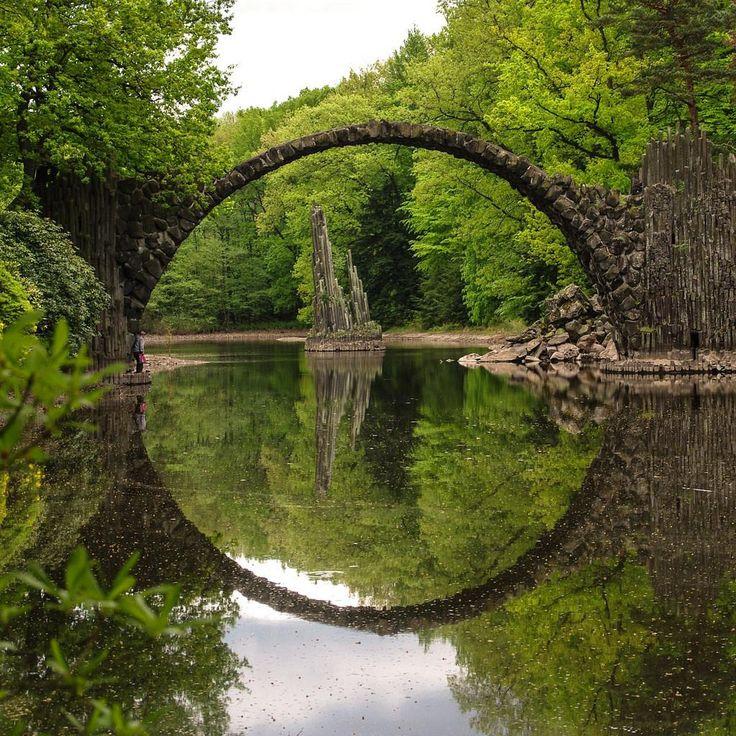 Rakotzbrucke pont du diable pont avec son reflet illusion cercle parfait 1   Rakotzbrücke : le pont avec son reflet forment un cercle parfai...