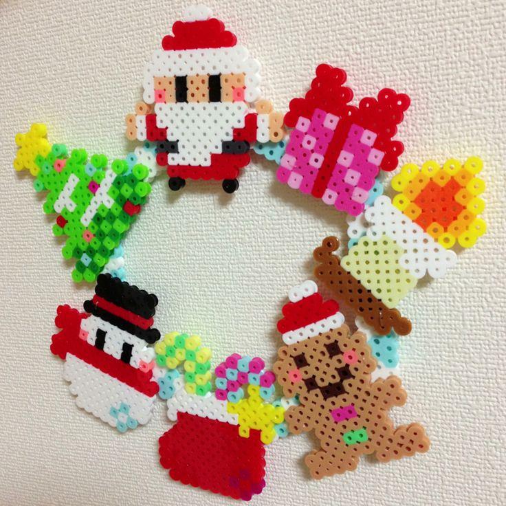 Christmas wreath perler beads - Pattern: https://www.pinterest.com/pin/374291419011807495/