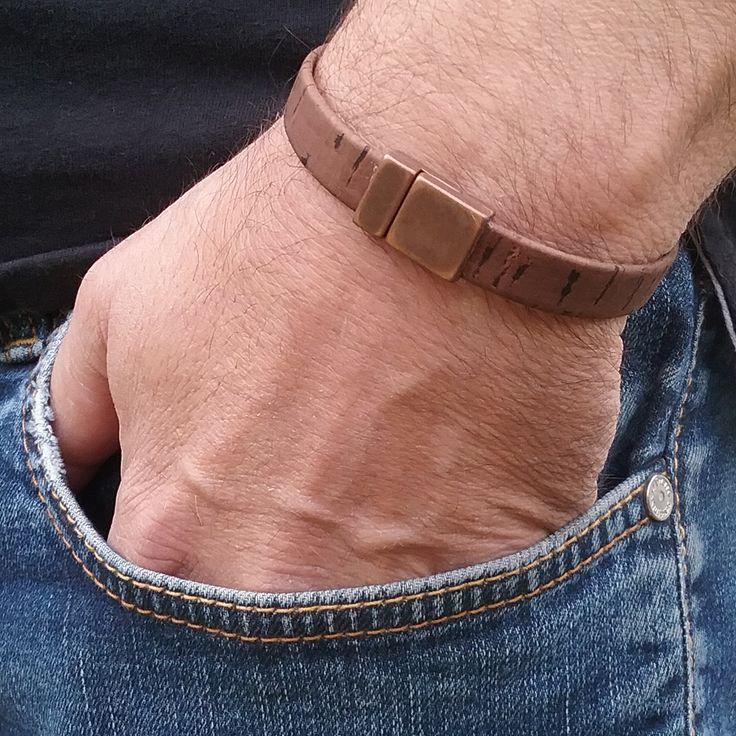 Bracelet made of brown cork cord.