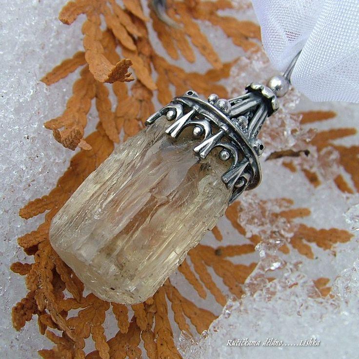 Lucerna velká  Přívěs ze stříbra (Ag 925/1000) askapolitu  Skapolit 22x15mm Celková délka 42mm  Úžasný, lesklý, průhledný krystal zlatého skapolitu z Tanzánie. V této drahokamové kvalitě relativně vzácný.Barva a jiskra připomíná zlatý topaz. Ideální pro všechny milovníky něčeho zvláštního. (tvrdost 5-6) tedy celkem tvrdý kámen, například podobně ...