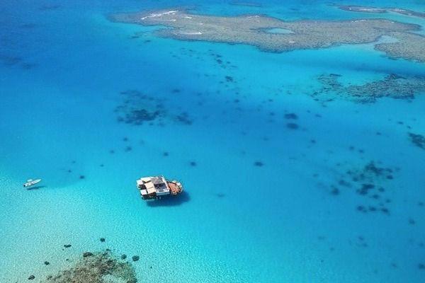 Ο «επίγειος παράδεισος» είναι ένα πλωτό μπαρ στα νησιά Φίτζι