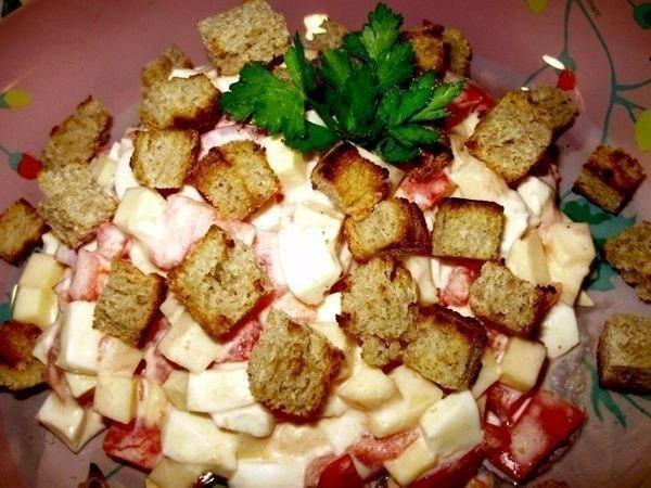 Топ-10 обалденных и вкусных салатов  1. Салат из пекинской капусты  Ингредиенты: -Пекинская капуста 300 г -помидор 2 шт -колбаса копченая 100 г -яйца вареные 2 шт -кукуруза 100г -укроп -майонез -соль и перец по вкусу -батон 4 кусочка  Приготовление: 1. Капусту вымыть, обсушить, порезать, помять с солью. 2. Помидоры, яйца, колбасу, зелень порезать. 3. Добавить кукурузу. 4. Батон порезать кубиком, подсушить на сковороде. 5. Перемешать все ингредиенты, кроме сухариков, посолить, поперчить…