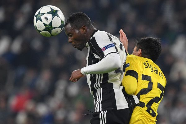 Kwadwo Asamoah (L) of Juventus clashes with Leonardo Sigali of GNK Dinamo Zagreb during the UEFA Champions League Group H match between Juventus and GNK Dinamo Zagreb at Juventus Stadium on December 7, 2016 in Turin.
