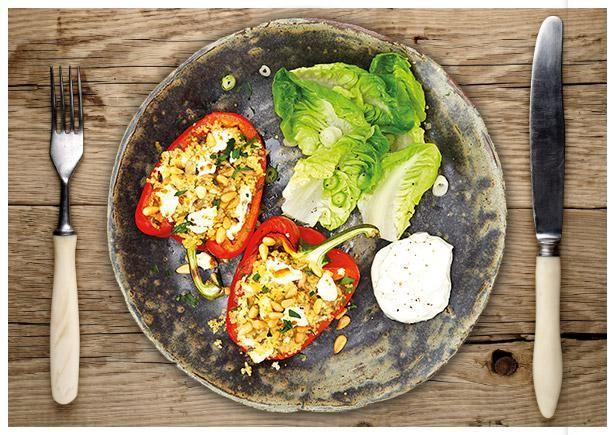 Gefüllte Paprika nach Türkischer Art mit Hirten-Käse, Couscous und Pinienkernen, dazu grüner Salat und Joghurtsoße