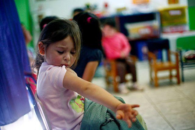 14 de Noviembre de 2012/SANTIAGO  Una niña mira su brazo, durante la campaña de vacunación contra la meningitis W-135, en La Florida,  en el Jardín Infantil Pepeluche. FOTOS:JUAN GONZALEZ/AGENCIAUNO
