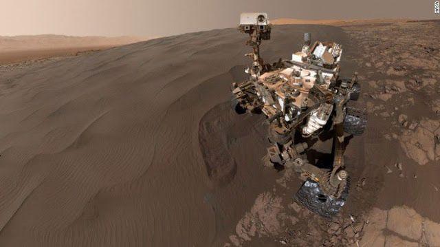 LA NASA te lleva a recorrer la superficie de Marte con un video en 360º   Esto puede ser lo más cerca que lleguesa vivir la película de ciencia ficción The Martian.LaNASA publicó un nuevo video de 360º de Marte que permite a los espectadores explorar la superficie del planeta.  Las imágenes fueron tomadas el 8 de diciembre de 2015 por una cámara del robot Curiosity de la NASA durante el Sol 1197a (o día marciano) de su trabajoen el planeta rojo.Un sol es unos 40 minutos más largo que un día…