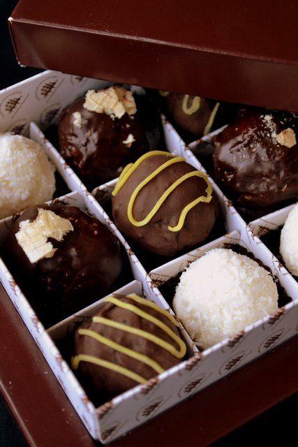 """Домашние конфеты, по-моему, самы вкуные конфеты в мире! Ведь сделаны с любовью и от души) Последнее время много у нас этой любви и часто она к нам приходит)) Самые горячо любимые и самые часто выпрашиваемые - """"Кокосово - творожные"""", вот просто хит рабочего сезона) Чесно говоря, я этого…"""