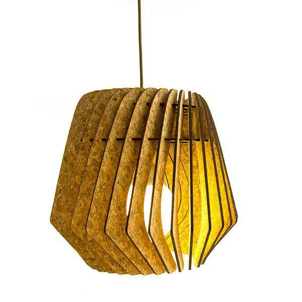 Onmisbaar in iedere woning: een houten lamp die tegelijkertijd stijlvol, stoer en eigentijds is! De boemerangs, beschikbaar in plywood en kurk, worden stuk voor stuk in het frame geschoven om een ruimtelijk raster te vormen waarmee er een fantastisch lichteffect gecreëerd wordt.