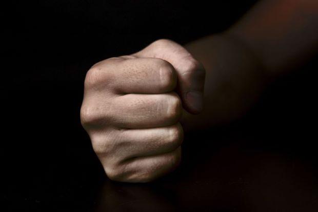 Marah ditanya dompet dan hp remaja 17 tahun tumbuk polis 2 kali   MIRI: Marah disoal siasat seorang remaja berusia 17 tahun bertindak menumbuk seorang anggota polis daripada Unit Rondaan Bermotosikal (URB) dalam kejadian 11.10 malam Sabtu.  Marah ditanya dompet dan hp remaja 17 tahun tumbuk polis 2 kali  Ketua Polis Miri Asisten Komisioner Khoo Leng Huat berkata terdahulu mangsa yang berpangkat koperal sedang melakukan rondaan mencegah jenayah bersama rakan sekerja di Jalan Tudan sebelum…