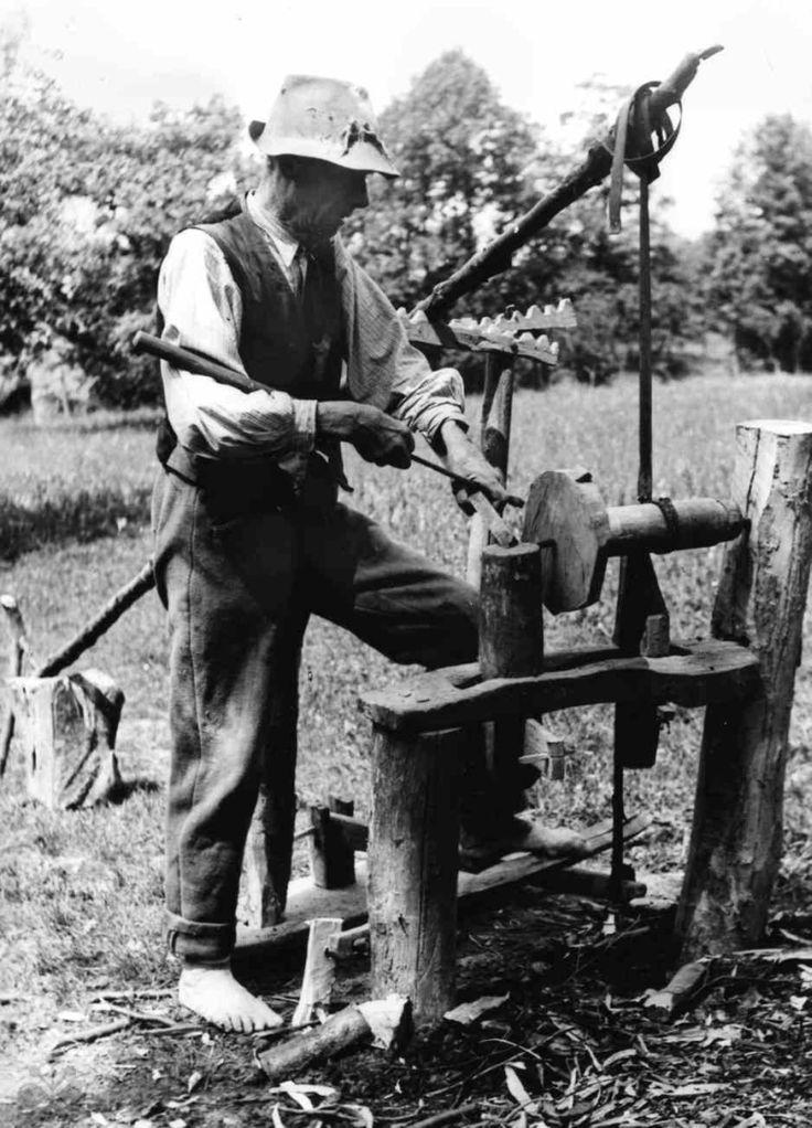 Tokáreň, nazývaná stružňa, poháňaná nohou. Lubina (okr. Nové Mesto nad Váhom), 1954. Trenčianske múzeum v Trenčíne. Foto J. Hanušin.