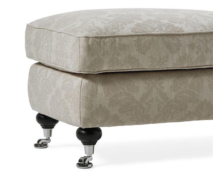 Komplettera din Oxford-soffa med matchande fotpall. Välj mellan fast eller avtagbar klädsel.