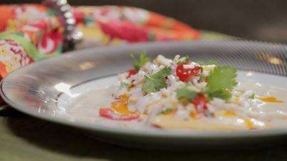 1 filé de peixe com cerca de 200 g (namorado, robalo, linguado, pargo ou vermelho)  - ½ cebola roxa  - 1 palmito pupunha  - ¼ xícara de leite de coco  - ½ limão  - ½ banana-da-terra  - 4 tomate cereja  - 1 pimenta malagueta ou dedo-de-moça  - 1 fio de óleo de dendê  - 1 c. sopa de cachaça  - 2 c. sopa de coentro picadinho  - sal e pimenta