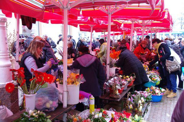 Il #DolacMarket di #Zagabria è il mercato agricolo locale. Lasciatevi incantare dall'atmosfera vivace data dai profumi e dai colori del mercato. Le specialità gastronomiche tradizionali vi stanno aspettando!