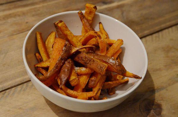 Zoete aardappelfrites - met hummus of guacamole dip, zwarte/bruine bonen en een stukje vlees (hamburger?).