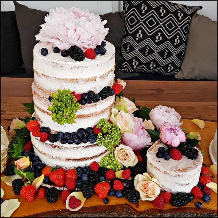 naked-cake filled with vanilla-forrestfruit cream, decorated with fresh fruit and flowers