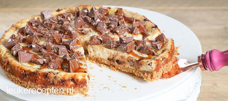 Deze heerlijke cheesecake met gezouten karamel en Toblerone stukjes is een ultieme guilty pleasure!