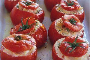 Запеченные помидоры, фаршированные тунцом