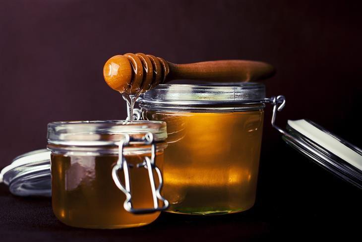 O mel é um hidratante natural que contém antioxidantes e propriedades anti-envelhecimento, que ajudam na hidratação da pele dura, além de lhe dar uma cor saudável. Misture de 2 a 3 colheres de chá de mel e um pouco de suco natural de limão. Aplique a mistura no rosto, pescoço, braços e pernas. Quando a mistura estiver seca, lave com água. Repita uma ou duas vezes por dia para ter os melhores resultados possíveis.