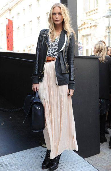 プリントTシャツ、ロングスカート、茶ベルト、ライダースジャケット、黒ブーツ