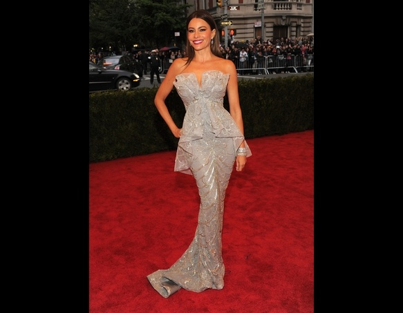 Look at this silouhette... Sophia Vergara looks stunning...