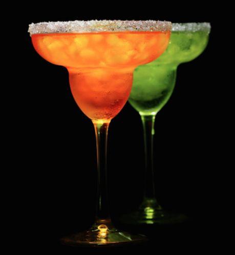 ¡¡Los fines de semana la primera copa se toma en #DOZEPremiumBar!!  #Viernes #MargaritasDeSabores