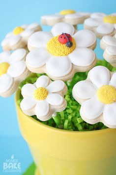 Daisy Cookie Bouquet- Such a clever way to make dimensional cookie bouquets!!!