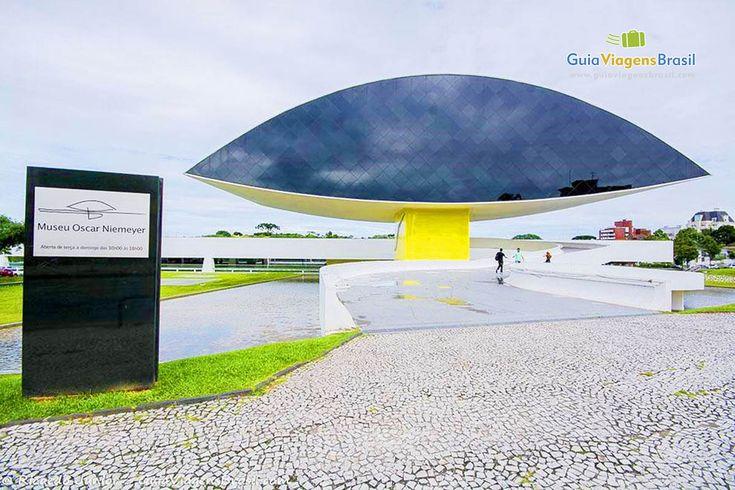 Este é o Museu Niemeyer, que pela sua arquitetura peculiar - como toda obra de Oscar Niemeyer - passou a ser chamado de Museu do Olho. Confira >>> http://www.guiaviagensbrasil.com/pr/o-que-fazer-em-curitiba/
