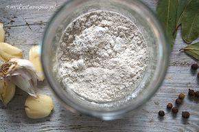 """zakwas na żurek żur gryczany: mąka gryczana (zmielona gryka) (1 szklanka) ciepła przegotowana woda ( 3 szklanki) ziele angielskie (kilka ziaren) liść laurowy (3-4 liście) czosnek (3-4 ząbki, pamiętajcie by czosnek zgnieść na kwadrans przed dodaniem do potrawy) ulubione zioła """"żurkowe"""" (u nas majeranek, lubczyk, kozieradka - zioła można pominąć, ewentualnie dodać już bezpośrednio do zupy)."""