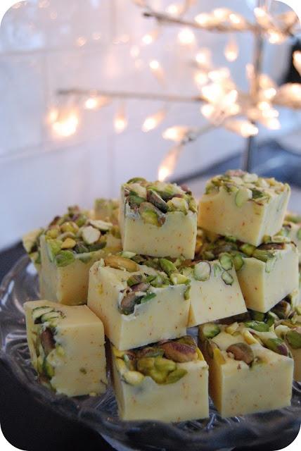 Saffron Fudge with white chocolate and pistachios - Superenkel julgodis: Saffransfudge med vit choklad och pistagenötter