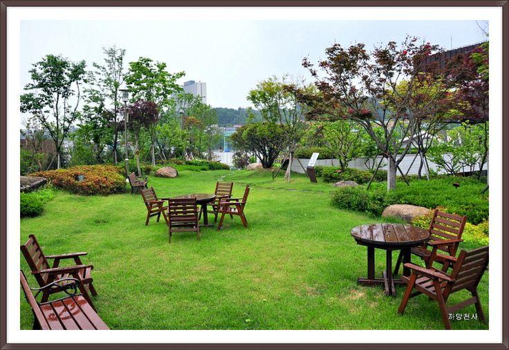 * 야외에서도 간단한 식사나 여유롭게 차 한잔 하실 수 있도록 마련된 테이블 및 벤치