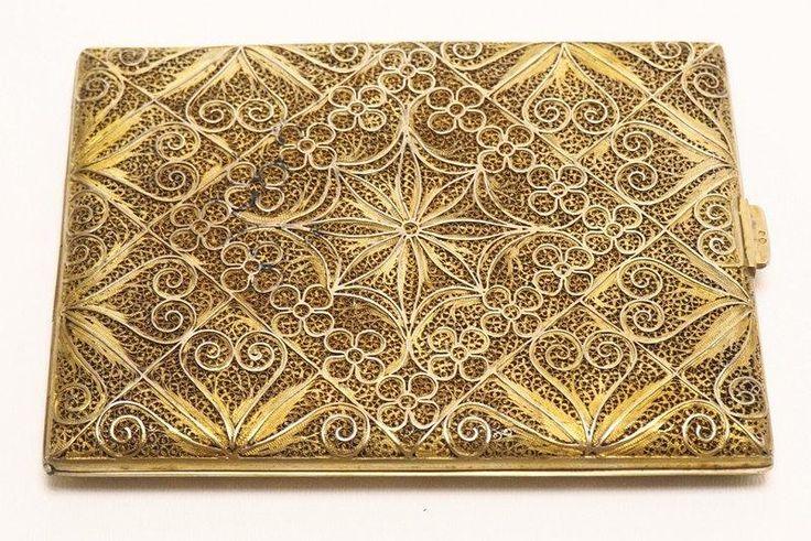Lote 4323 - CIGARREIRA EM FILIGRANA DE PRATA - Cigarreira em Filigrana de Prata Dourada 833 (Proveniente de Antiquário com P.V.P de € 420) ,profuso trabalho vazado e rendilhado. Dim: 8x11 cm. Peso: 107.7 gr.