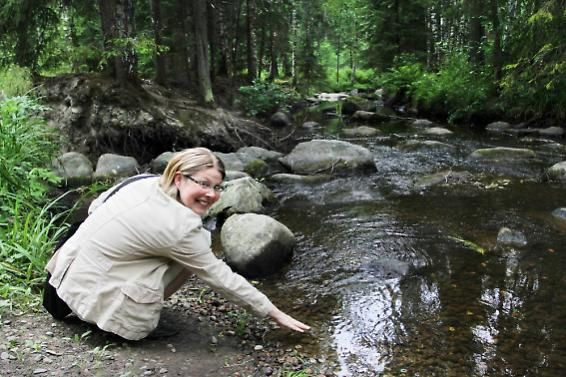 Käräjäkosken vesi virtaa kirkkaanviileänä Riihimäellä.