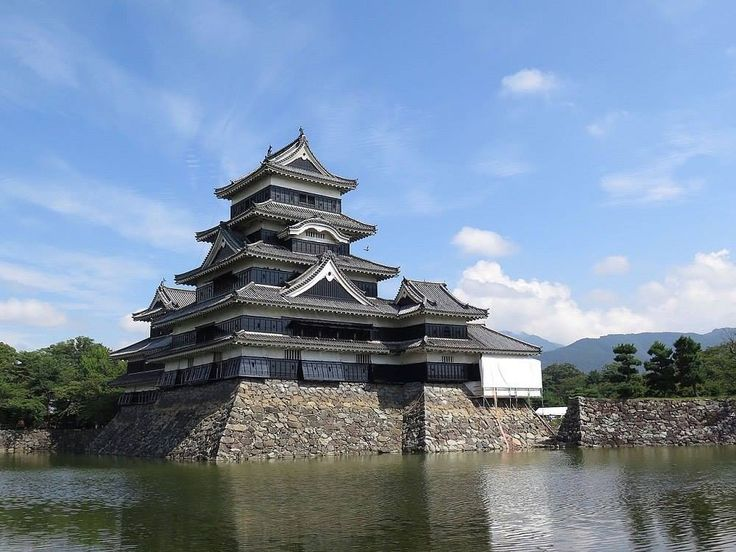 During the Sengoku period, Jidai Matsumoto was the mainstay of the Takeda clan, which by the end of the 16th century was replaced by Toyotomi Hideyoshi. It was at his command in 1593-1594 that an existing castle with a five-tier tanshu was erected.