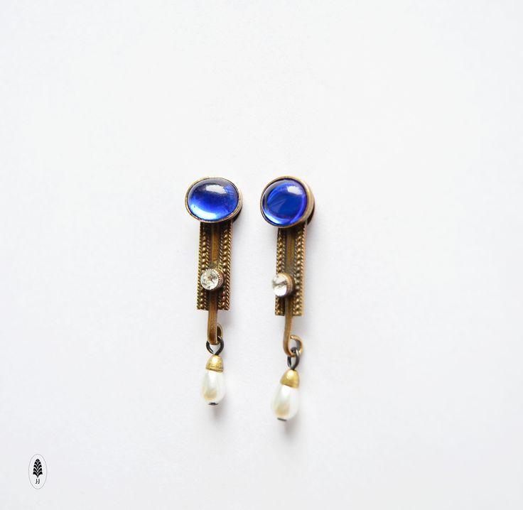 Karin+Modré+skleněné+ovály+10+x+7mm,+styl+30let+minulého+století+a+zavěšená+bižu.+perla.+Dálka+náušnic+-+3cm+Do+ucha+na+titanové+dříky+a+puzety+z+chirurgické+oceli.+Vyrobeno+za+pomocíklasických+zlatnických+a+pasířských+technik,+a+lepenímskleněných+kamenů.Šperk+jepatinovanýdo+podoby+starobronzu+a+nakonecjemně+přelakovaný.+oTombak+je+lepší+mosaz.+...