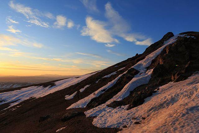 #ceahlaumountain #sunset #snow #landscape_captures #beauty #ontop #peisajefrumoase #canon #neamtulfotogenic #hiking