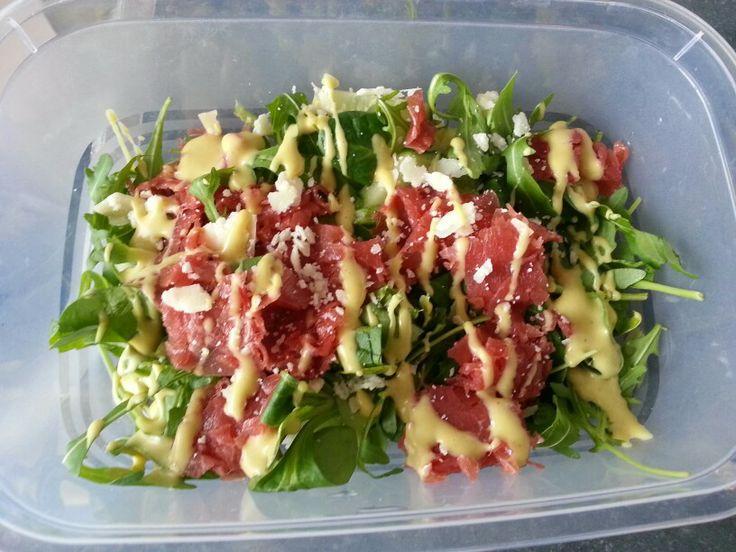 Carpaccio salade met komkommer en honing-mosterd dressing (dressing niet gezond natuurlijk :))