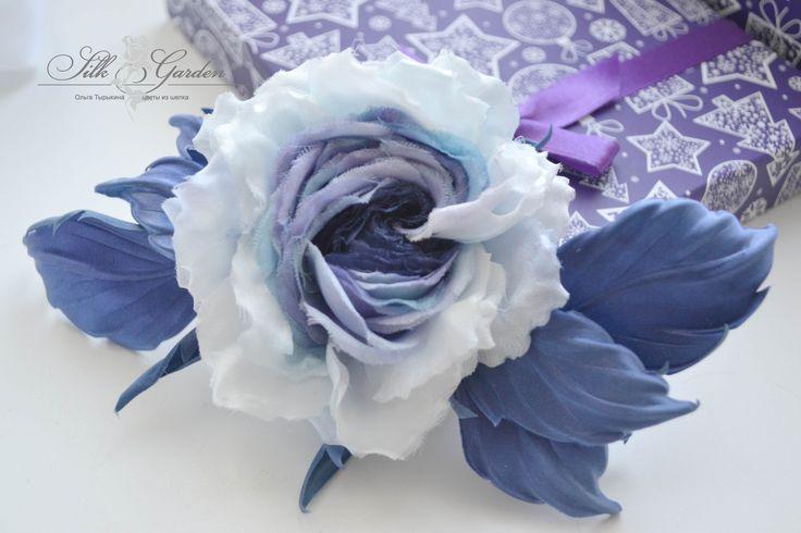 """Встречайте новую розу из шелка """"Serenity""""....... Что означает голубой цвет?  Прежде всего, он дает ощущение безмятежности, спокойствия и прохлады. Цветок с голубыми лепестками считают неотразимым. Он сродни небу или воде в солнечный день. Встретить голубые цветы можно нечасто. Наверное, поэтому они столь желанны и любимы, как все необычное и редкое!  Полностью ручная работа. Автор: Ольга Тырыкина. г. Екатеринбург."""