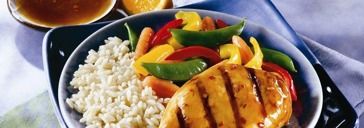 Incorporer le bouillon, la sauce soya, le vinaigre, le sucre, l'ail en poudre et le piment rouge dans un plat de cuisson non métallique peu profond ou dans un sac hermétique. Ajouter le poulet et retourner pour l'enrober...